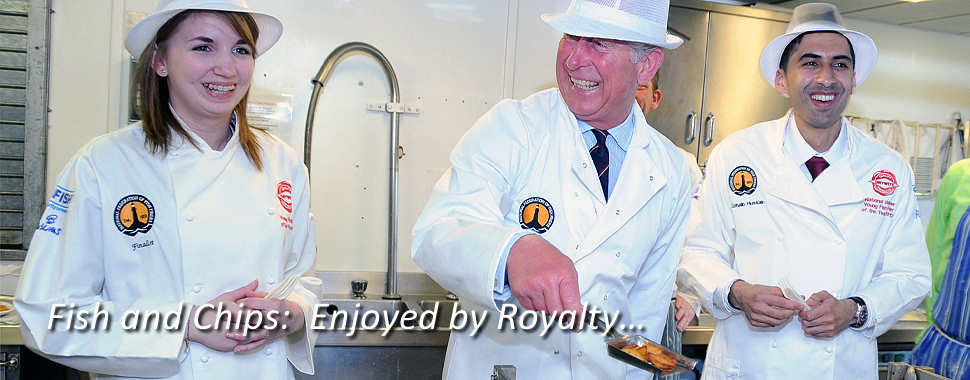 Karl krónprins tekur til hendinni í einum af 10.500 fish & chips veitingastöðum Bretlands. Fiskur & franskar eru í uppáhaldi allra, líka kóngafólksins!